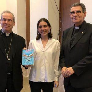 La antigua alumna de Fundación Victoria, María Beltrán, presenta su libro al Patronato