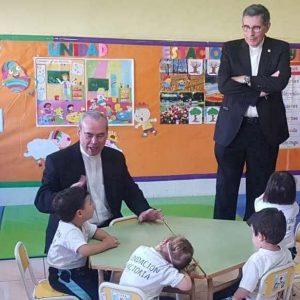 El Centro de Infantil de Melilla recibe la visita del obispo y el presidente de Fundación Victoria