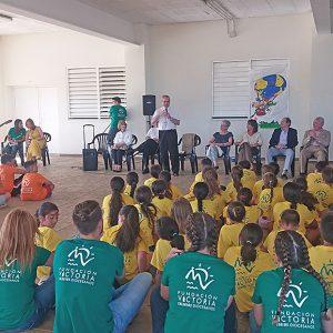 El obispo comparte una velada con los alumnos de los campamentos de verano